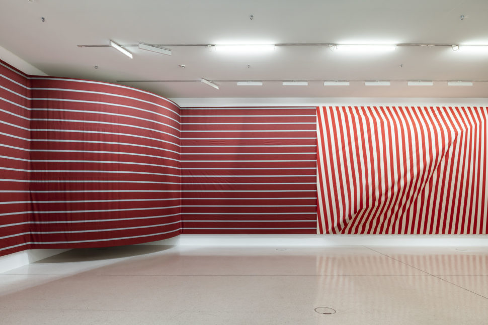Two curved angles and three walls, 2019 Fabric, wood, metal app. 4×38×1 m, Westfälischer Kunstverein, Münster Photos: Thorsten Arendt